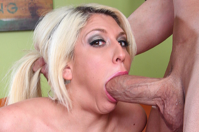 Kelly Staxxx - The Blonde With The Legendary Ass