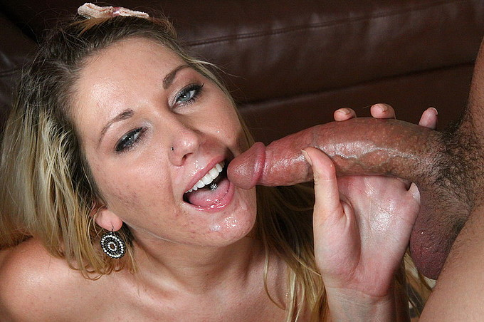 Alysha Rylee Gives A Hot Blowjob On The Toilet